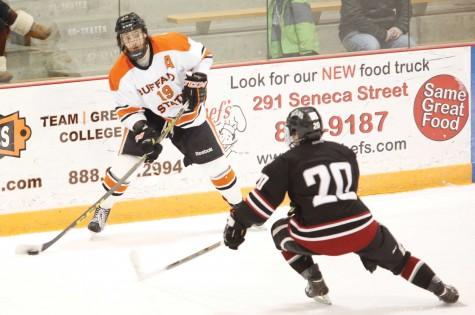Men's hockey splits weekend, learns from loss