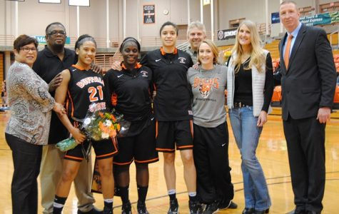 Women's basketball snaps losing streak on Senior Night